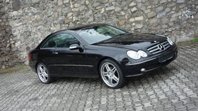 Cluj Napoca/Ρουμανία 7 Απριλίου 2017: Benz W209 Coupe της Mercedes - έτος 2005, εξοπλισμός κομψότητας, μαύρος μεταλλικός, ρόδες κ στοκ εικόνα