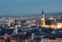 Cluj Napoca bij schemer Stock Afbeelding