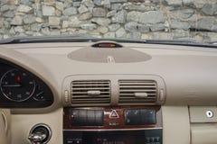 Cluj Napoca, marzec 01/, 2018: Mercedez Benz W203-year 2006, eleganci wyposażenie; luksusowy rzemienny beżowy wnętrze, ogrzewając Obrazy Stock