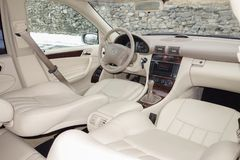Cluj Napoca, marzec 01/, 2018: Mercedez Benz W203-year 2006, eleganci wyposażenie; luksusowy rzemienny beżowy wnętrze, ogrzewając Zdjęcia Stock