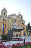 Cluj-Napoca RO, 24 September: Lucian Blaga Statue-voorzijde het Theater in cluj-Napoca van het gebied van Transsylvanië in Roemen Royalty-vrije Stock Afbeeldingen