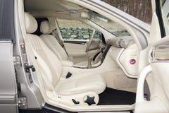 Cluj Napoca/01 Roemenië-Maart, 2018: Mercedes Benz-w203-Jaar 2006, Elegantiemateriaal; de beige binnenlandse, verwarmde zetels va Royalty-vrije Stock Afbeeldingen