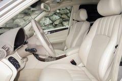 Cluj Napoca/01 Roemenië-Maart, 2018: Mercedes Benz-w203-Jaar 2006, Elegantiemateriaal; de beige binnenlandse, verwarmde zetels va Royalty-vrije Stock Foto's