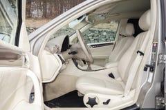 Cluj Napoca/01 Roemenië-Maart, 2018: Mercedes Benz-w203-Jaar 2006, Elegantiemateriaal; de beige binnenlandse, verwarmde zetels va Royalty-vrije Stock Foto