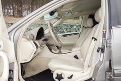 Cluj Napoca/01 Roemenië-Maart, 2018: Mercedes Benz-w203-Jaar 2006, Elegantiemateriaal; de beige binnenlandse, verwarmde zetels va Royalty-vrije Stock Fotografie