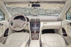 Cluj Napoca/01 Roemenië-Maart, 2018: Mercedes Benz-w203-Jaar 2006, Elegantiemateriaal; de beige binnenlandse, verwarmde zetels va Royalty-vrije Stock Afbeelding