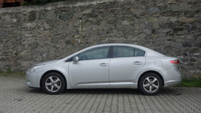 Cluj Napoca/Roemenië-mag 9, 2017: De de Sedanuitvoerende macht van Toyota Avensis - het jaar 2010, Faceliftmateriaal, verzilvert  Stock Foto's
