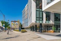 CLUJ-NAPOCA, ROMÊNIA - 16 de setembro de 2018: O prédio de escritórios, cubo novo do negócio de Cluj-Napoca's fotos de stock