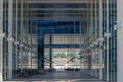 CLUJ-NAPOCA, ROMÊNIA - 16 de setembro de 2018: O prédio de escritórios, cubo novo do negócio de Cluj-Napoca's imagem de stock royalty free