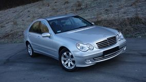 Cluj Napoca/Romania 31 marzo 2017: Mercedes Benz W203 - anno 2005, attrezzatura di avanguardia, pittura metallica d'argento Fotografie Stock Libere da Diritti
