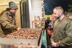 CLUJ-NAPOCA, ROUMANIE - 23 NOVEMBRE 2018 : Chestnutsat frit le marché de Noël dans la place d'Unirii, la Transylvanie, Roumanie photo stock