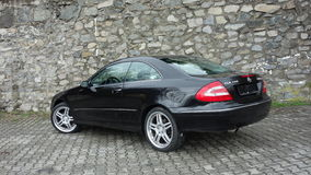 Cluj Napoca/Rumänien-April 7, 2017: Mercedes Benz W209 kupé - år 2005, elegansutrustning, 19 tum hjul, profilsikt Royaltyfri Foto