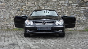 Cluj Napoca/Rumänien-April 7, 2017: Mercedes Benz W209 kupé - året 2005, elegansutrustning, rullar den 19 tum legeringen, lammdör Royaltyfria Bilder