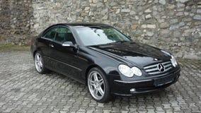 Cluj Napoca/Rumänien-April 7, 2017: Mercedes Benz W209 kupé - året 2005, elegansutrustning, svart metalliskt, rullar den 19 tum l Arkivfoto