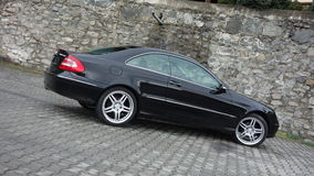 Cluj Napoca/Rumänien-April 7, 2017: Mercedes Benz W209 kupé - året 2005, elegansutrustning, svart metalliskt, rullar den 19 tum l Arkivfoton