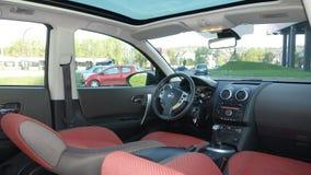 Cluj Napoca/Rumänien - April 13, 2016: Nissan Qashqai- år 2008, panorama- cockpitsiktsinre, rött textiltyg, manuellt kugghjul Royaltyfri Bild