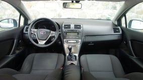 Cluj Napoca/Rumänien - Maj 09, 2017: Toyota Avensis- år 2010, full alternativutrustning, fotoperiod, högvärdig cockpitinre, Arkivfoton