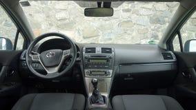 Cluj Napoca/Rumänien - Maj 09, 2017: Toyota Avensis- år 2010, full alternativutrustning, fotoperiod, instrumentbrädacockpit Arkivfoto