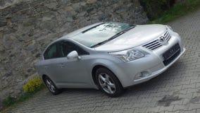 Cluj Napoca/Rumänien-Maj 9, 2017: Toyota Avensis Sedanledare - året 2010, Faceliftutrustning, försilvrar metalliskt, legering rul arkivfoton