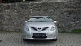 Cluj Napoca/Rumänien-Maj 9, 2017: Toyota Avensis Sedanledare - året 2010, Faceliftutrustning, försilvrar metalliskt, legering rul royaltyfri fotografi