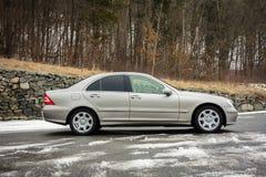 Cluj-Napoca Rumänien - mars 01,2018: Isolerad Mercedes-Benz E grupp-pseudonym W203, guld- metallisk färg, tonad kromprydnadblått Arkivfoto