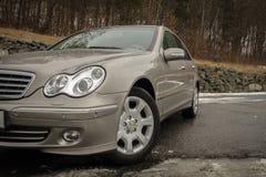 Cluj-Napoca Rumänien - mars 01,2018: Isolerad Mercedes-Benz E grupp-pseudonym W203, guld- metallisk färg, tonad kromprydnadblått Royaltyfria Bilder