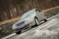 Cluj-Napoca Rumänien - mars 01,2018: Isolerad Mercedes-Benz E grupp-pseudonym W203, guld- metallisk färg, tonad kromprydnadblått Royaltyfri Foto