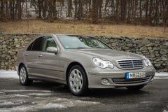 Cluj-Napoca Rumänien - mars 01,2018: Isolerad Mercedes-Benz E grupp-pseudonym W203, guld- metallisk färg, tonad kromprydnadblått Royaltyfri Bild