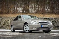 Cluj-Napoca Rumänien - mars 01,2018: Isolerad Mercedes-Benz E grupp-pseudonym W203, guld- metallisk färg, tonad kromprydnadblått Arkivbilder