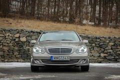 Cluj-Napoca Rumänien - mars 01,2018: Isolerad Mercedes-Benz E grupp-pseudonym W203, guld- metallisk färg, tonad kromprydnadblått Royaltyfria Foton