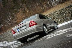 Cluj-Napoca Rumänien - mars 01,2018: Isolerad Mercedes-Benz E grupp-pseudonym W203, guld- metallisk färg, tonad kromprydnadblått Arkivfoton