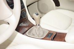 Cluj Napoca/Rumänien - mars 01, 2018: Mercedes Benz W203- år 2006, elegansutrustning, manuell kugghjulknopp, spak i beige läder Royaltyfria Bilder