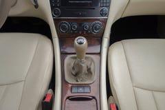 Cluj Napoca/Rumänien - mars 01, 2018: Mercedes Benz W203- år 2006, elegansutrustning, manuell kugghjulknopp, spak i beige läder Royaltyfri Fotografi