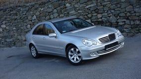 Cluj Napoca/Rumänien-mars 31, 2017: Mercedes Benz W203 - året 2005, Avantgardeutrustning, försilvrar metallisk målarfärg nära en  Royaltyfri Fotografi