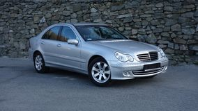 Cluj Napoca/Rumänien-mars 31, 2017: Mercedes Benz W203 - året 2005, Avantgardeutrustning, försilvrar metallisk målarfärg nära en  Royaltyfri Foto