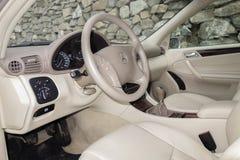 Cluj Napoca/Rumänien-mars 01, 2018: Mercedes Benz W203-year 2006, elegansutrustning; beige inre för lyxigt läder, värmde platser Fotografering för Bildbyråer