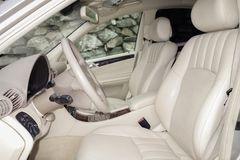 Cluj Napoca/Rumänien-mars 01, 2018: Mercedes Benz W203-year 2006, elegansutrustning; beige inre för lyxigt läder, värmde platser Royaltyfria Foton