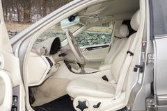 Cluj Napoca/Rumänien-mars 01, 2018: Mercedes Benz W203-year 2006, elegansutrustning; beige inre för lyxigt läder, värmde platser Royaltyfri Fotografi
