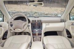 Cluj Napoca/Rumänien-mars 01, 2018: Mercedes Benz W203-year 2006, elegansutrustning; beige inre för lyxigt läder, värmde platser Arkivbilder