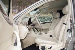 Cluj Napoca/Rumänien-mars 01, 2018: Mercedes Benz W203-year 2006, elegansutrustning; beige inre för lyxigt läder, värmde platser Arkivfoto