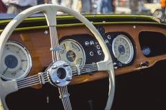 Cluj-Napoca Rumänien - 24 September 2016 Klausenburg hjul för Retro Racing - Morgan Classic Retro Car styrning och träbrädedetai Fotografering för Bildbyråer