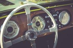 Cluj-Napoca Rumänien - 24 September 2016 Klausenburg hjul för Retro Racing - Morgan Classic Retro Car styrning och träbrädedetai Arkivfoto