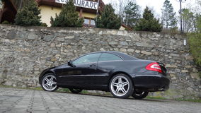 Cluj Napoca/Rumania 7 de abril de 2017: Cupé de Mercedes Benz W209 - año 2005, equipo de la elegancia, ruedas de 19 pulgadas, opi Foto de archivo