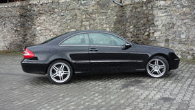 Cluj Napoca/Rumania 7 de abril de 2017: Cupé de Mercedes Benz W209 - el año 2005, equipo de la elegancia, metálico negro, la alea Imágenes de archivo libres de regalías