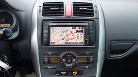 Cluj Napoca/Rumania - 20 de junio de 2017: Unidad GPS coloreada grande Toyota Auris, botones de la navegación de la exhibición de Fotos de archivo