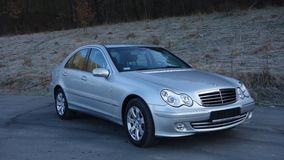 Cluj Napoca/Rumania 31 de marzo de 2017: Mercedes Benz W203 - año 2005, equipo de la vanguardia, pintura metálica de plata Imagenes de archivo
