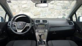 Cluj Napoca/Rumania - 9 de mayo de 2017: Año 2010, equipo lleno de la opción, sesión de foto, interior superior de Toyota Avensis Fotografía de archivo