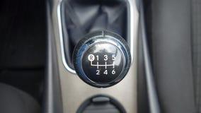 Cluj Napoca/Rumania - 9 de mayo de 2017: Año 2010, equipo lleno de la opción, sesión de foto, manual de Toyota Avensis- del botón Foto de archivo