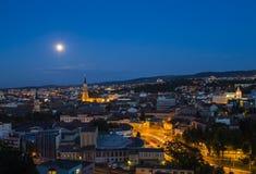Cluj Napoca stad på skymning Royaltyfri Fotografi