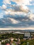 Cluj Napoca stad zoals die van Cetatuia-Heuvel dichtbij langs wordt gezien Stock Foto